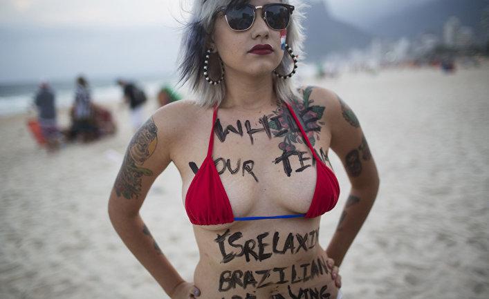 Активистка Сара Винтер во время акции протеста против проведения Кубка мира в Бразилии на пляже Ипанема в Рио-де-Жанейро