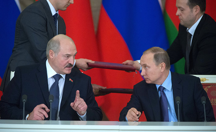 Владимир Путин и Александр Лукашенко во время церемонии подписания документов по итогам российско-белорусских переговоров в Кремле