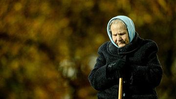 Женщина прогуливается в парке в Великом Новгороде