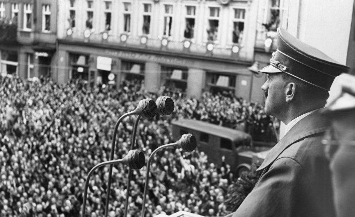 Адольф Гитлер обращается к жителям города Эгер в Венгрии, октябрь 1938 года
