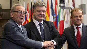 Президент Еврокомиссии Жан-Клод Юнкер, председатель Европейского совета Дональд Туск и президент Украины Петр Порошенко перед встречей в штаб-квартире Евросоюза в Брюсселе