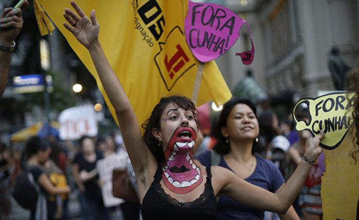 Женщины на акции протеста против нового законопроекта спикера нижней палаты бразильского парламента Эдуардо Куньи в Рио-де-Жанейро