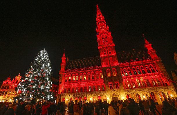 Рождественская елка рядом с Королевским дворцом в Брюсселе