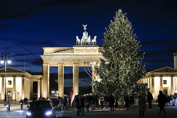 Рождественская елка рядом с Бранденбургскими воротами в Берлине