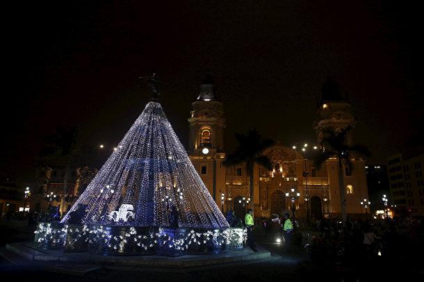 Украшенная к Рождеству площадь перед Кафедральным собором Лимы