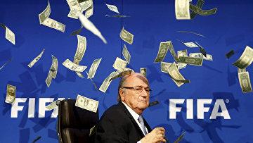 Комик Ли Нельсон бросает банкноты в президента ФИФА Зеппа Блаттера во время пресс-конференции в штаб-квартире ФИФА в Цюрихе