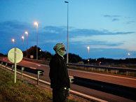 Мигрант у шоссе, ведущего к Евротуннелю