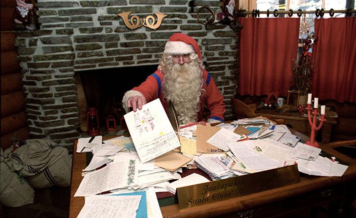 Санта Клаус в своей резиденции разбирает рождественскую почту