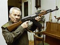 Всемирно известный изобретатель стрелкового оружия Михаил Калашников с автоматом АК-47
