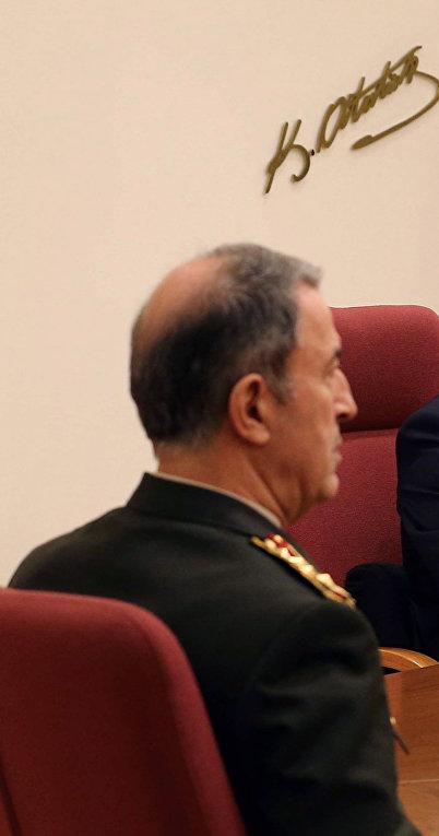 Премьер-министр Турции Ахмет Давутоглу на собрании высшего военного командования в Анкаре