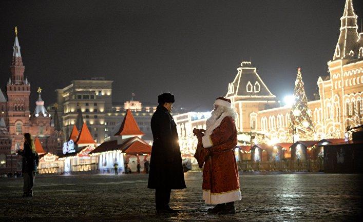 Дед Мороз на Красной площади во время встречи главной новогодней елки страны