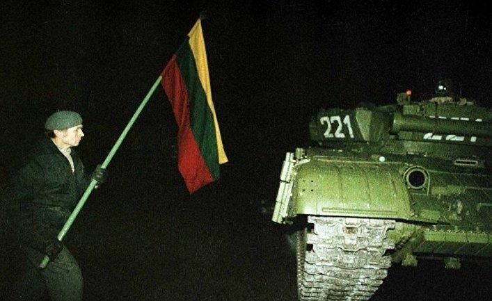 Один из протестующих с флагом около советского танка. Ночь 13 января 1991 года