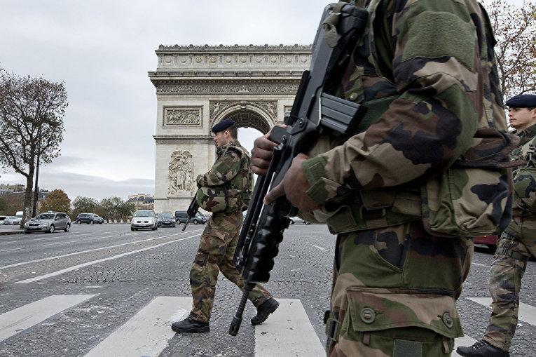 Французские солдаты патрулируют Елисейские поля после терактов в Париже