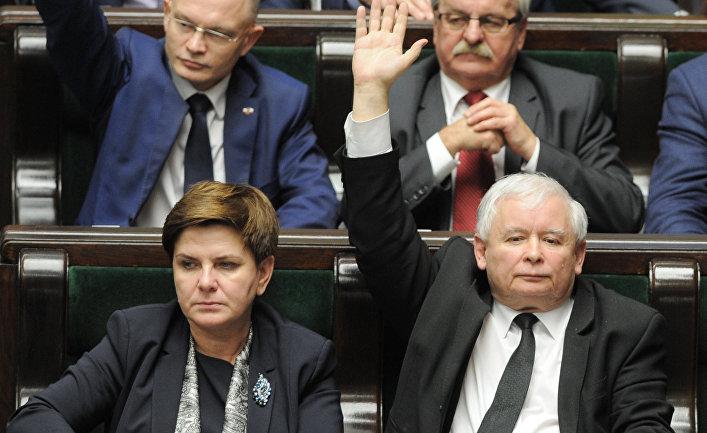 Лидер партии «Право и справедливость» Ярослав Качиньский и премьер-министр Польши Беата Шидло во время голосования по вопросу принятия нового закона о суде в польском парламенте