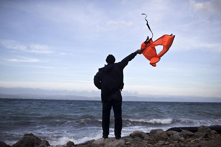 Беженец после прибытия на греческий остров Лесбос