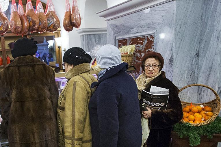 Покупатели в ГУМе