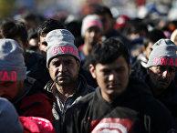Мигранты в центре для беженцев на юге Сербии