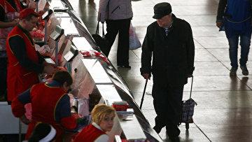 Покупатель на «Комаровке», центральном рынке Минска