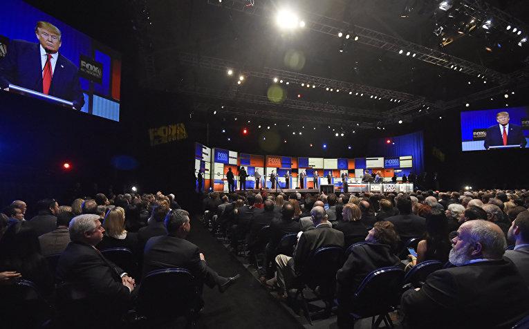 Дональд Трамп выступает во время дебатов между кандидатами в президенты США от Республиканской партии в Северном Чарльстоне
