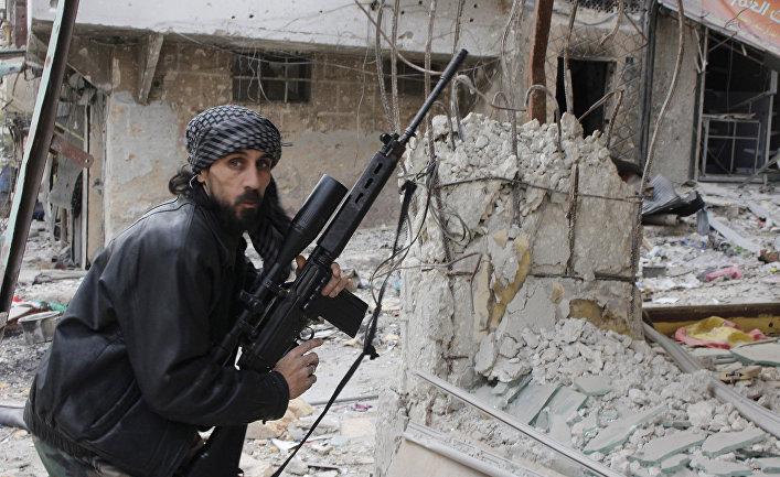 Боец Свободной сирийской армии во время боя в Алеппо