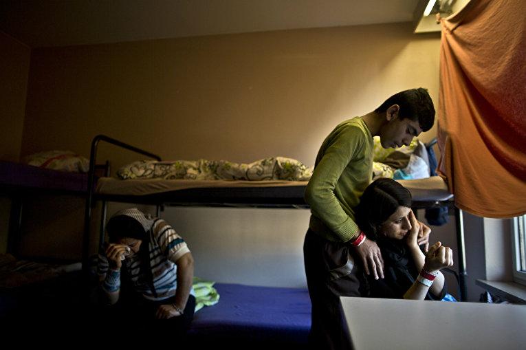 Семья мигрантов во временном доме в Германии