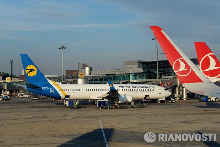 Самолет Boeing 737-900EA авиакомпании Ukraine Unternational в Международном аэропорту имени Ататюрка в Стамбуле