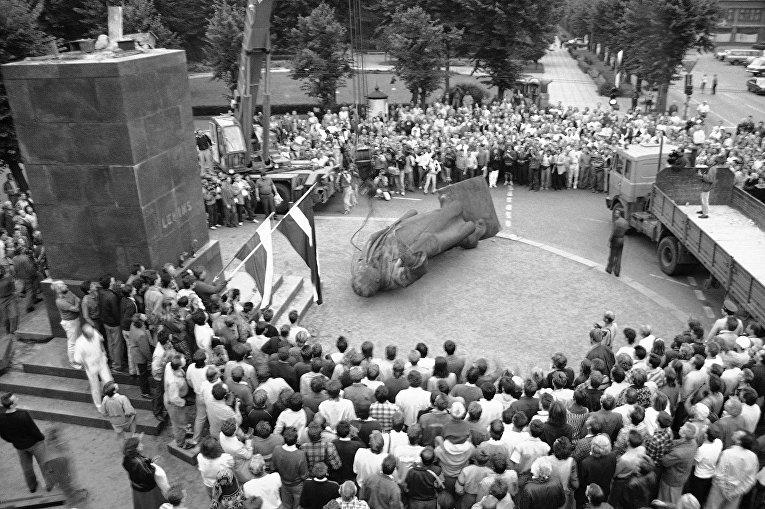 Свержение памятника Ленину в Риге в августе 1991 года