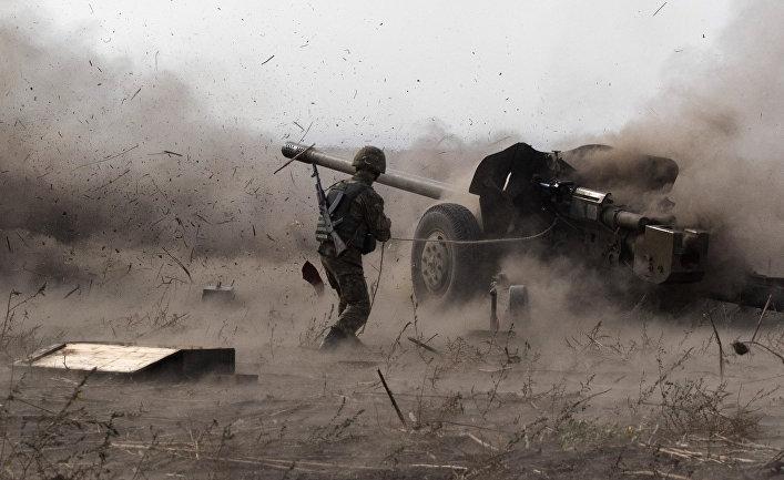 Украинский военный на полигоне рядом с Мариуполем