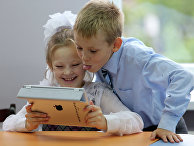 Школьники с планшетом