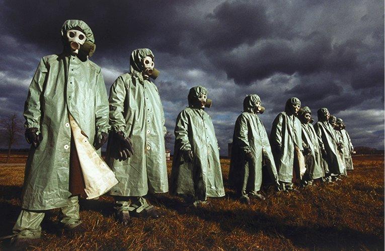 Конец света. Члены элитного военного подразделения Кантемировской дивизии демонстрируют западным СМИ подготовку к ядерной войне. Снимок 1990 года.