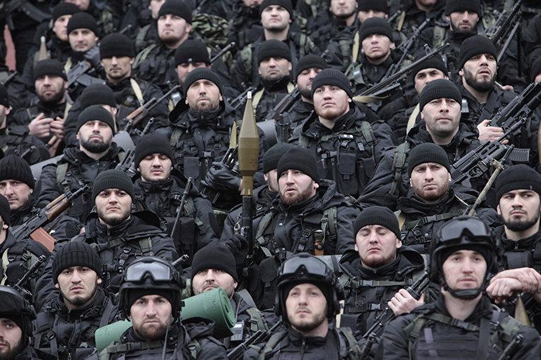 Бойцы подразделений специального назначения слушают речь Рамзана Кадырова на стадионе «Динамо» в Грозном