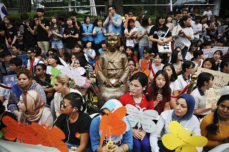 Митинг у статуи «женщины для утешения» в Сеуле