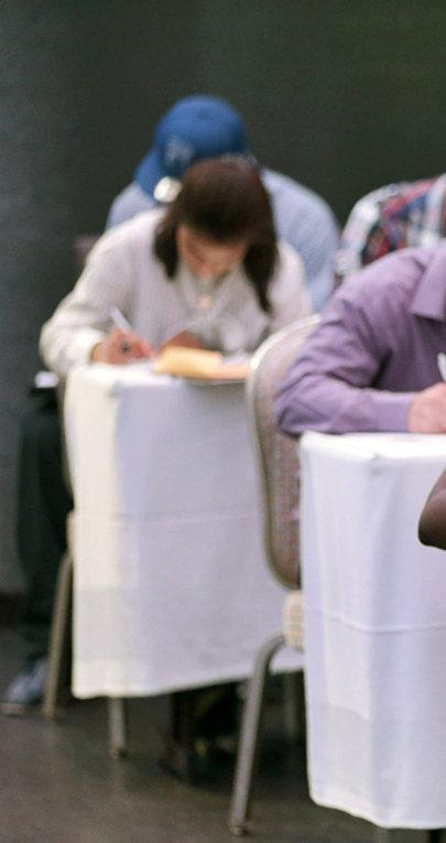 Безработные на ярмарке вакансий в Майами