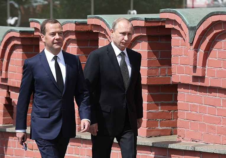 Владимир Путин и Дмитрий Медведев на церемонии возложения венка к Могиле Неизвестного солдата в Александровском саду