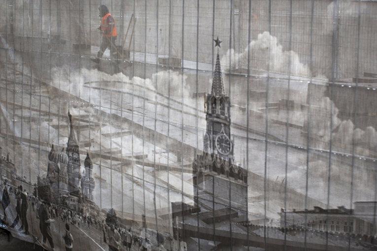 Плакат с изображением Красной площади, на месте ремонтных работ в Александровском саду