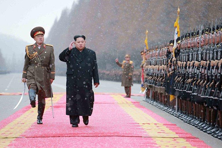 Северокорейский лидер Ким Чен Ын во время визита в Министерство народных вооруженных сил по случаю нового года