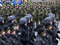 Эстонские солдаты принимают участие в параде в Нарве, посвященном годовщине независимости Эстонии