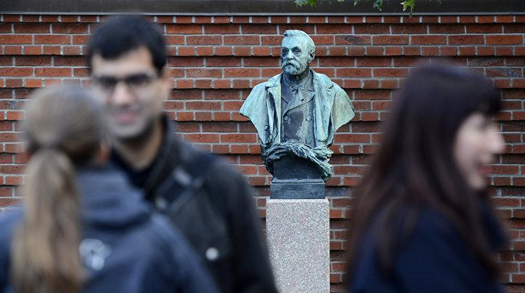 Бюст Альфреда Нобеля возле Каролинского института в Стокгольме