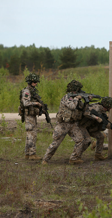 Латвийские и американские солдаты, участвующие в совместных боевых учениях