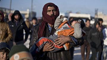 Сирийские беженцы из Алеппо на границе с Турцией
