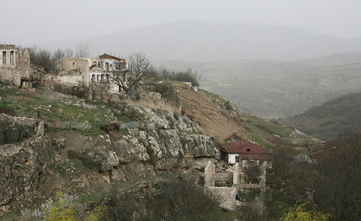 Разрушенные дома неподалеку от города Шуша