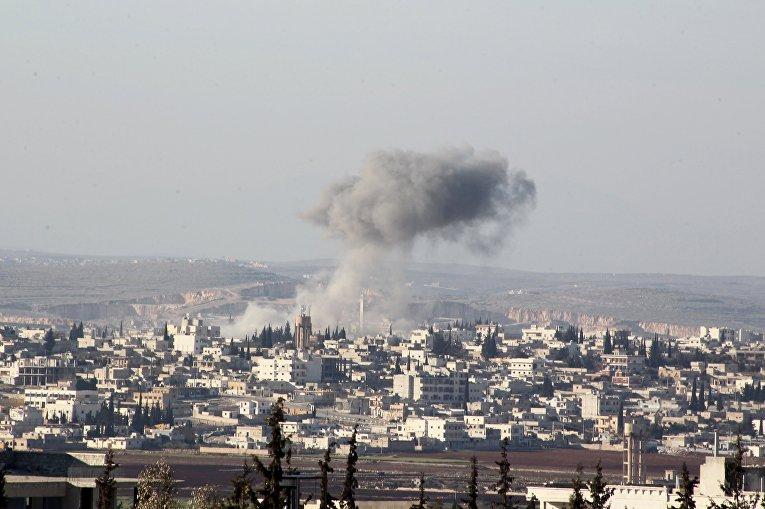 Дым после авиаудара сирийской армии по городу Анадан 3 февраля 2016
