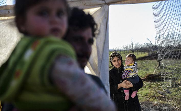 Сирийские беженцы недалеко от Турецко-Сирийской границы