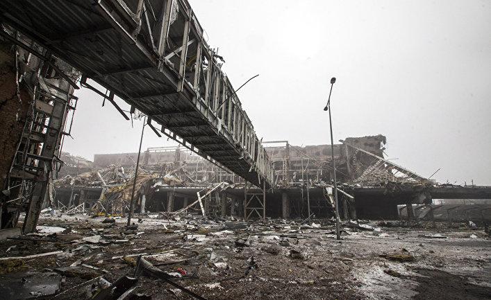 Разрушенное здание аэропорта в Донецке