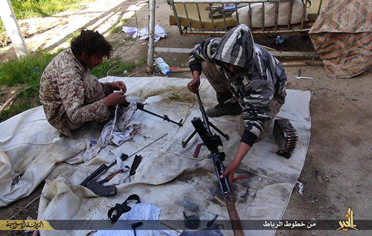 Боевики «Исламского государства» чистят оружие в городе Дейр эль-Зур в Сирии