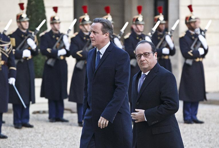 Президент Франции Франсуа Олланд и премьер-министр Великобритании Дэвид Кэмерон во время встречи в Елисейском дворце в Париже
