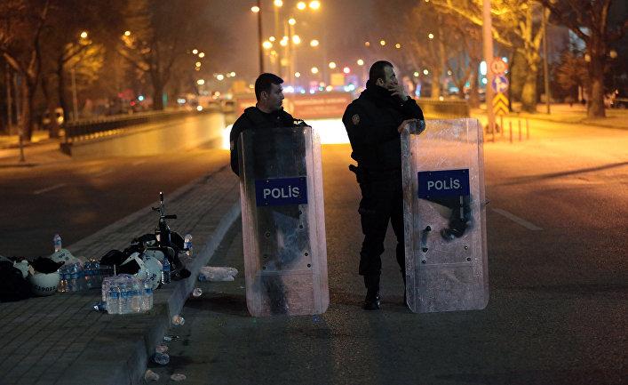 Полиция дежурит недалеко от места взрыва в Анкаре