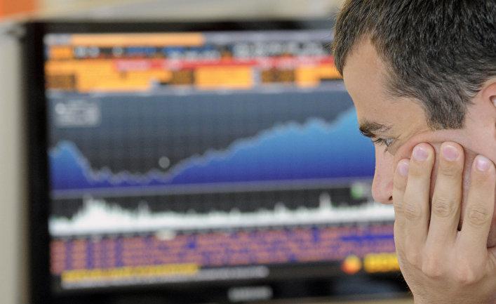 Сотрудник в новом офисе фондовой биржи РТС