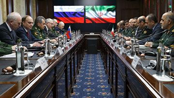 Министр обороны РФ Сергея Шойгу и министр обороны Ирана Хоссейн Дехган во время встречи в Москве