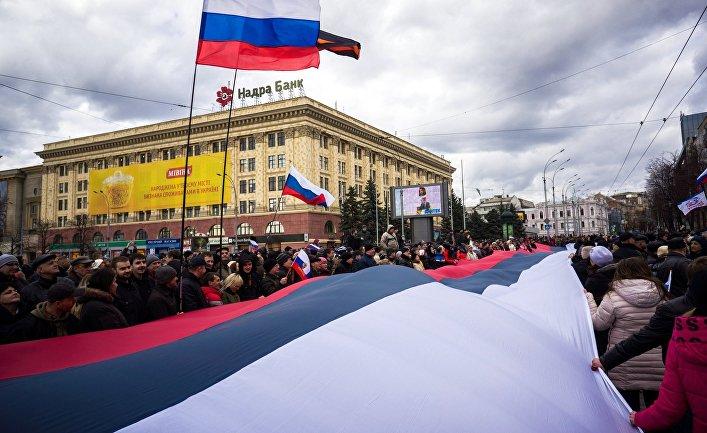 Участники митинга в поддержку референдума о статусе Крыма на площади Свободы в Харькове